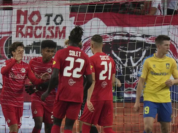 Hráči Salzburgu oslavujú gól