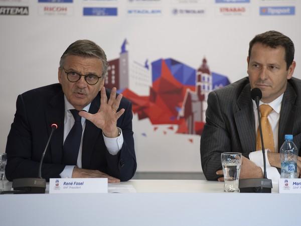Zľava prezident IIHF René Fasel a prezident Slovenského zväzu ľadového hokeja Martin Kohút