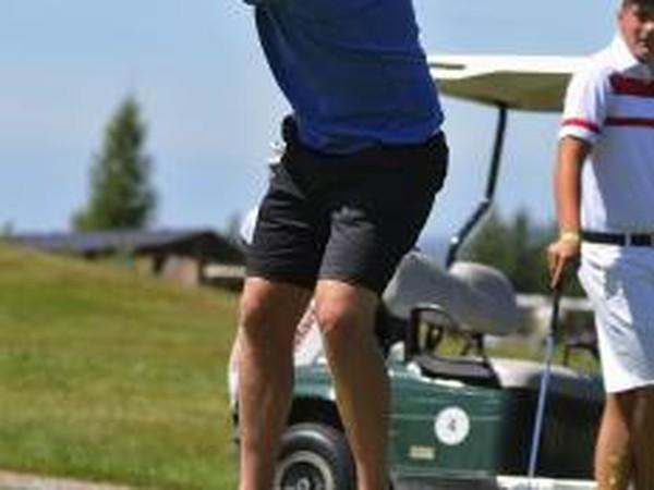 Bývalý slovenský hokejový reprezentant Richard Lintner odpaľuje loptičku z odpaliska počas 8. ročníka Charity golf cup-u vo Veľkej Lomnici