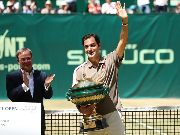 Roger Federer s desiatou víťaznou trofejou v Halle