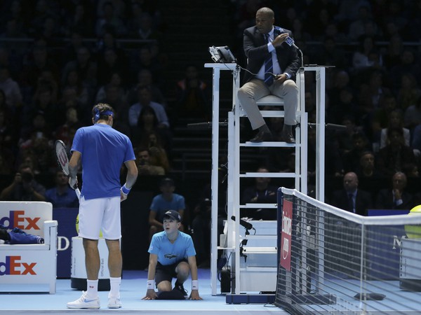 Roger Federer v diskusii s mladým podávačom lôpt