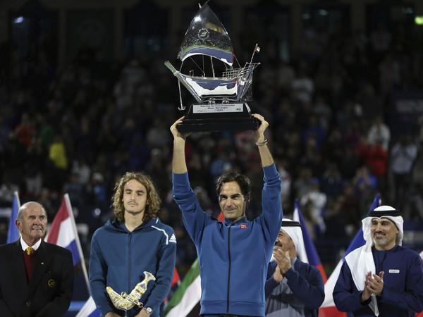 Roger Federer s víťaznou trofejou