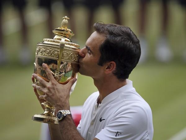 Roger Federer s trofejou pre víťaza Wimbledonu
