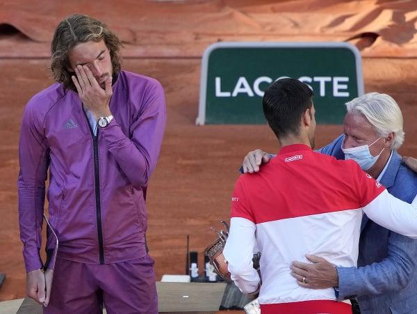 Stefanos Tsitsipas (vľavo) po finálovej prehre s Novakom Djokovičom