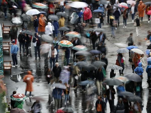 Dážď nepustil aktérov Roland Garros na parížske kurty