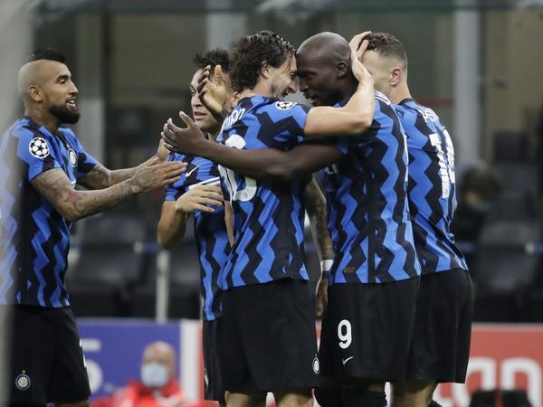 Romelu Lukaku sa teší z gólu so spoluhráčmi z Interu