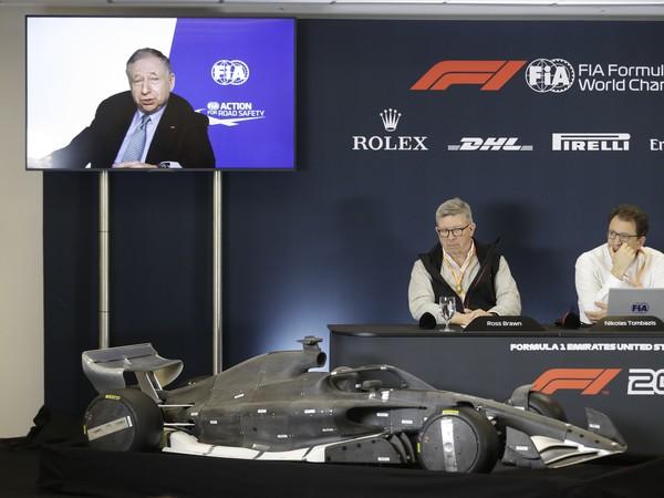 Ross Brawn (sediaci vľavo), Nikolas Tombazis (vedľa neho) a na obrazovke Jean Todt