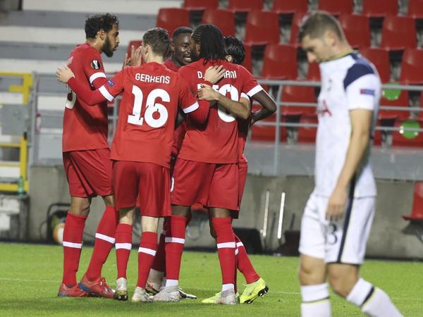 Futbalisti Royal Antverpy sa tešia po strelení gólu Tottenhamu
