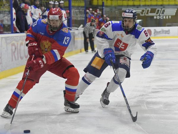 Na snímke vľavo hráč Ruska Vasilij Ponomarjov a vpravo hráč Slovenska Šimon Groch