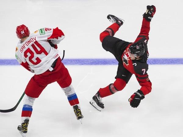 Kirby Dach sa zranil v prípravnom zápase s Ruskom