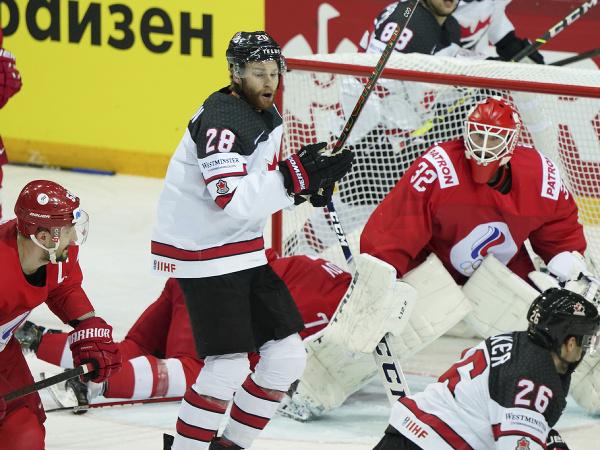Na snímke vpravo v pozadí ruský brankár Sergej Bobrovský, naľavo pred ním kanadský hráč Connor Brown v zápase štvrťfinále Rusko - Kanada