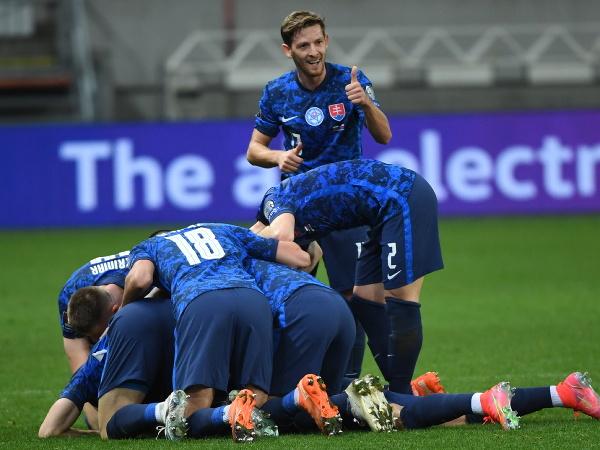 Slovenskí futbalisti sa tešia po strelení gólu na 2:1