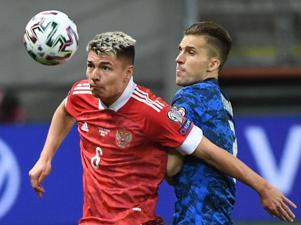 Ruský futbalista Andrej Mostovoj (vľavo) a slovenský futbalista Peter Pekarík bojujú o loptu v kvalifikačnom zápase H-skupiny MS 2022