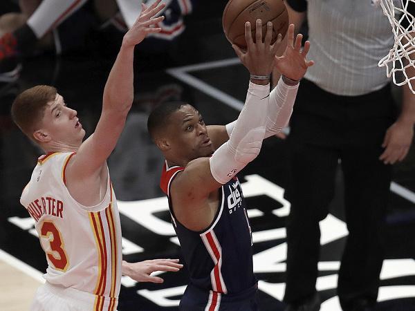 Basketbalista Russell Westbrook (vpredu vpravo) z Washingtonu Wizards a  Kevin Huerter (3) z Atlanty Hawks