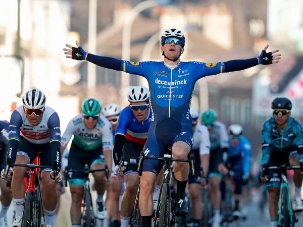 Ír Sam Bennett vyhral v špurte 1. etapu Paríž - Nice