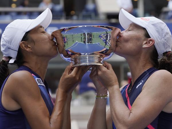 Samantha Stosurová a Šuaj Čang s víťaznou trofejou