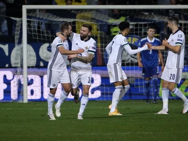 Niall McGinn so spoluhráčmi oslavuje vyrovnávajúci gól