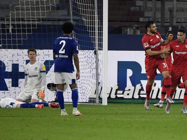 Hráč Leverkusenu Paulinho  (vpravo) oslavuje so spoluhráčom Kevinom Vollandom