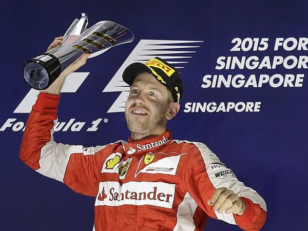 Sebastian Vettel a jeho víťazné oslavy na pódiu