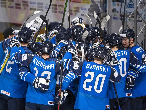 Na snímke tím Fínska sa teší z postupu do finále v semifinálovom zápase Fínsko - Nemecko