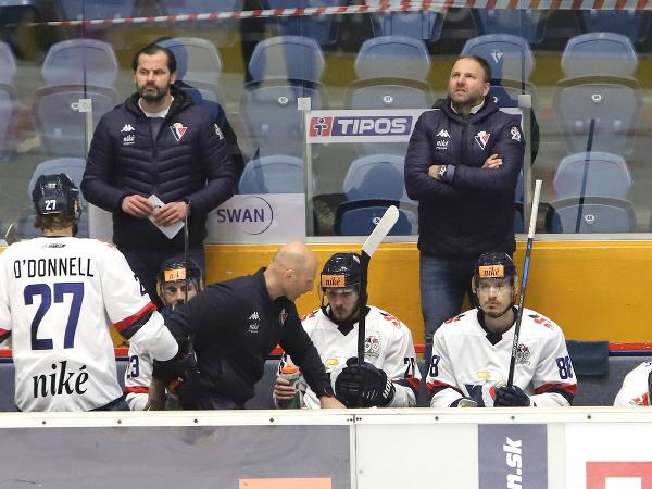 Vpravo tréner HC Slovan Bratislava Robert Döme na striedačke