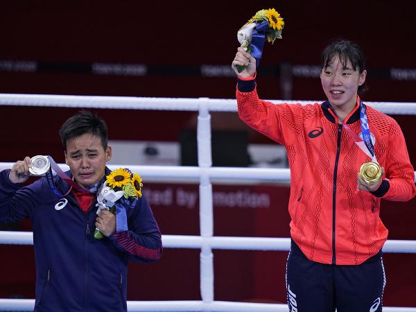 Na snímke vpravo japonská boxerka Sena Irieová pózuje so zlatou medailou v hmotnostnej kategórii do 57 kg, vľavo strieborná Nesthy Peteciová z Filipín