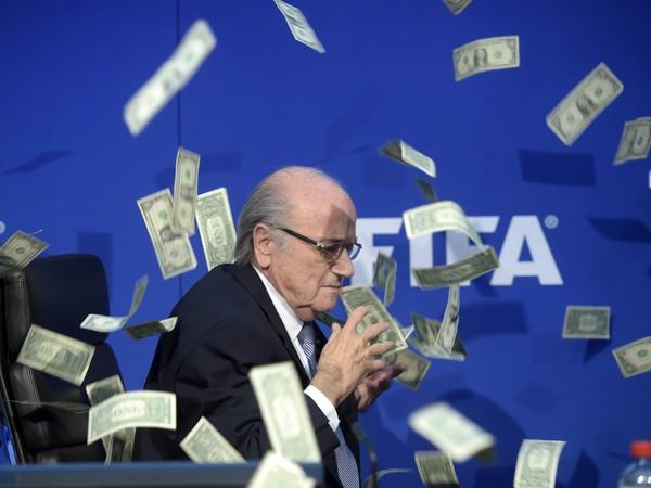 Sepp Blatter zasypaný falošnými peniazmi