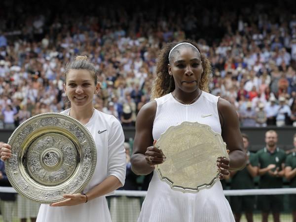 Simona Halepová a Serena Williamsová s finálovými trofejami
