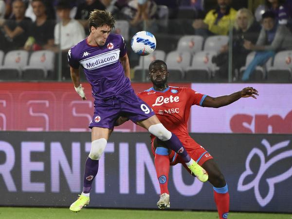 Srbský futbalista Dušan Vlahovič (vľavo) v zápase talianskej Serie A