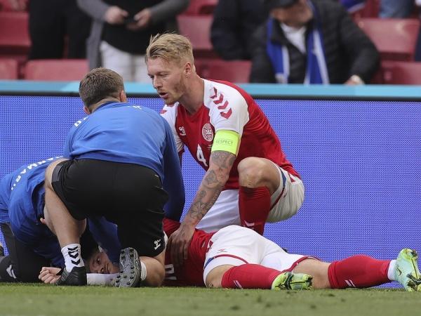 Kapitán dánskej futbalovej reprezentácie Simon Kjaer dáva prvú pomoc svojmu spoluhráčovi Christianovi Eriksenovi