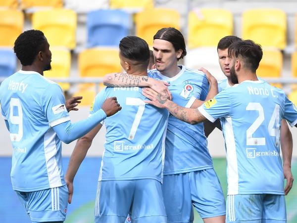 Futbalista Slovana David Holman (uprostred) sa teší so spoluhráčmi po góle