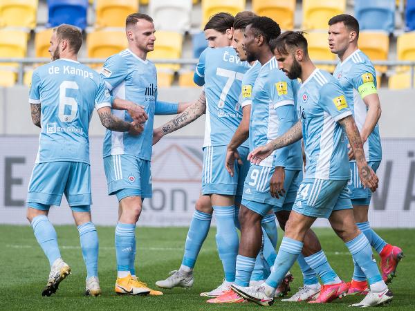 Futbalisti Slovana sa tešia po strelení úvodného gólu zo značky pokutového kopu počas