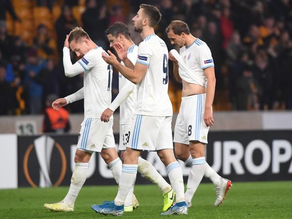Na snímke smutní hráči Slovana opúšťajú ihrisko po prehre 0:1 v zápase K-skupiny 4. kola skupinovej fázy Európskej ligy vo futbale Wolverhampton Wanderers -ŠK SLovan Bratislava