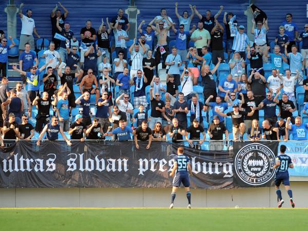Hráči Slovana oslavujú gól