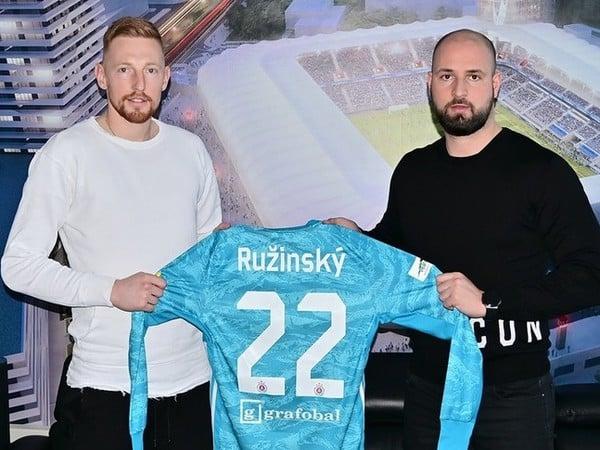 ŠK Slovan Bratislava predĺžil zmluvu s brankárom Matúšom Ružinským