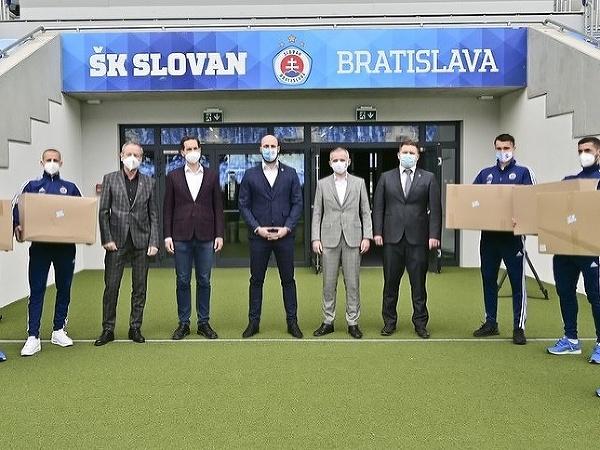 ŠK Slovan venoval bratislavským mestským častiam respirátory