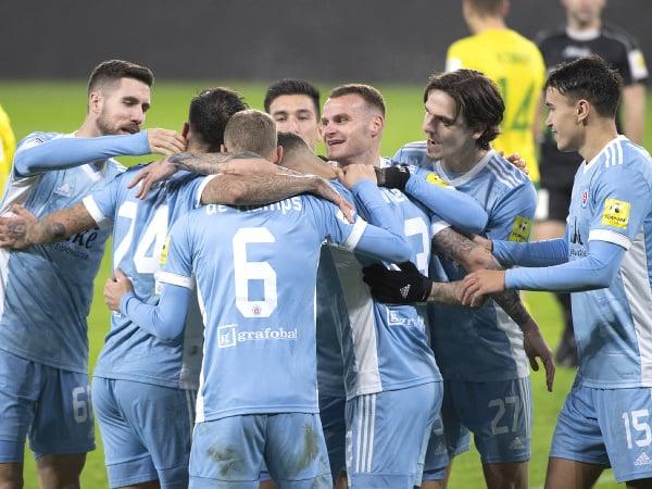 Na snímke radosť hráčov Slovana po strelení gólu