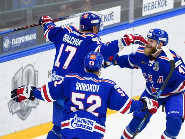 Hráči Petrohradu oslavujú gól