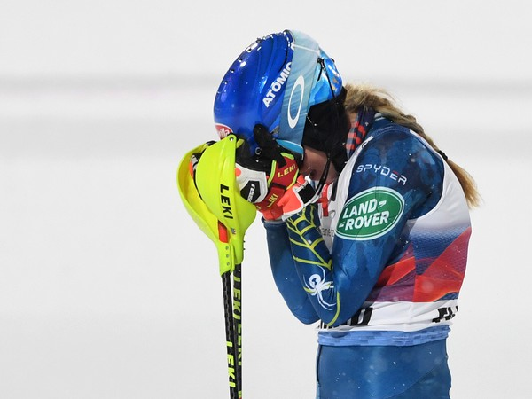 Americká lyžiarka Mikaela Shiffrinová sa teší v cieli z víťazstva v nočnom slalome Svetového pohára žien v rakúskom Flachau