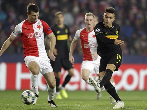 Lautaro Martinez (vpravo) z Interu Miláno počas zápasu 5. kola F-skupiny skupinovej fázy Ligy majstrov Slavia Praha - Inter Miláno