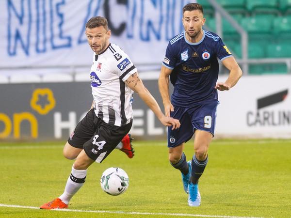 Na snímke zľava Andy Boyle (Dundalk) a vpravo Andraž Šporar (Slovan)