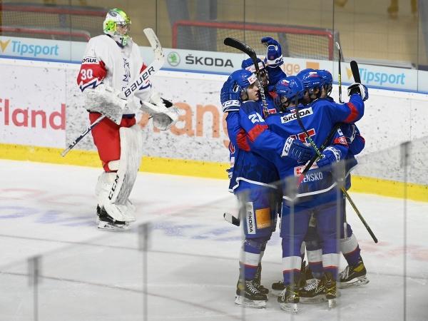 Hokejisti slovenskej reprezentácie do 20 rokov sa tešia po strelení gólu v priateľskom zápase proti svojim rovesníkom z Českej republiky
