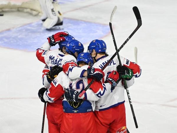 Hokejisti českej reprezentácie do 20 rokov sa tešia po strelení gólu v priateľskom zápase proti svojim rovesníkom zo Slovenska