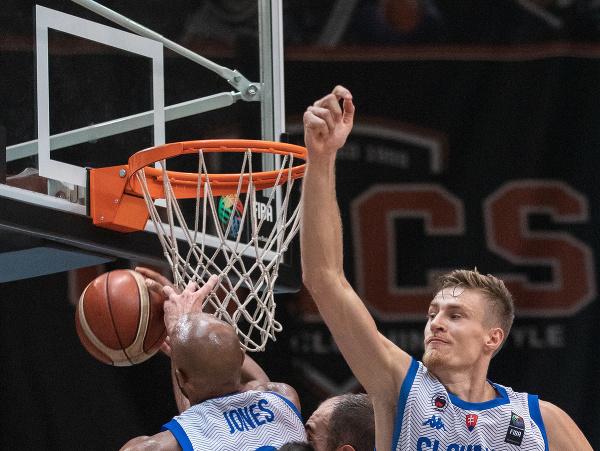 Andre Jones a Michal Fusek bránia slovenský kôš