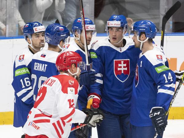 Slovenskí hokejisti sa tešia z gólu