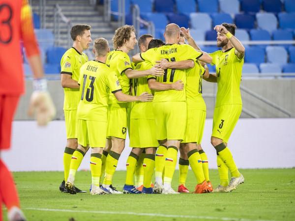 Českí futbalisti sa tešia z gólu