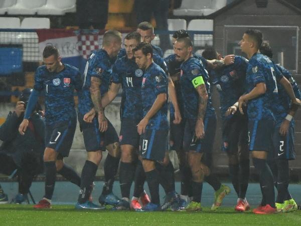 Slovenskí futbalisti sa tešia po strelení gólu