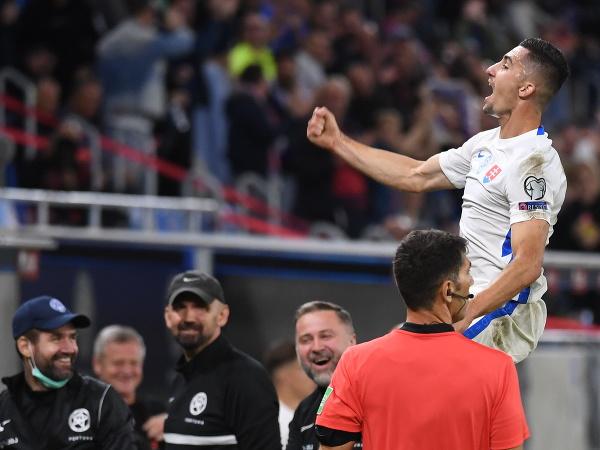 Martin Koscelník oslavuje gól so spoluhráčmi
