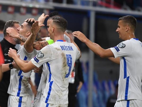 Na snímke gólová radosť slovenských futbalistov
