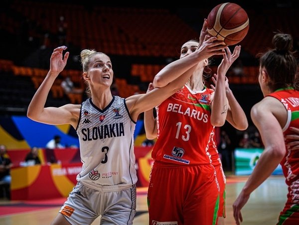 Slovenská basketbalistka Ivana Jakubcová (vľavo) a Bieloruska Maria Papovová (uprostred)